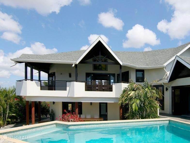 Overview villa; links beneden slaapkamer en badkamer 1; porch boven biedt de woonkamer, keuken en de master bedroom.