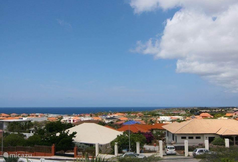 Uitzicht over de Caribische Oceaan vanaf de zuidzijde van de porch.