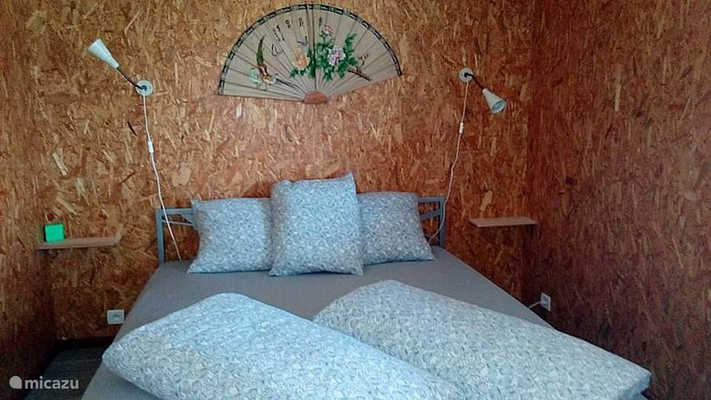 De slaapkamer heeft een bed van 1.60 x 2.00 m (één matras), voorzien van eenpersoons dekbedden.In deze slaapkamer zijn aan weerszijden van het bed handige schapjes en een ruime kleerkast voorzien. Het raam is voorzien van een muggengaas zodat U het steeds kunt openlaten.