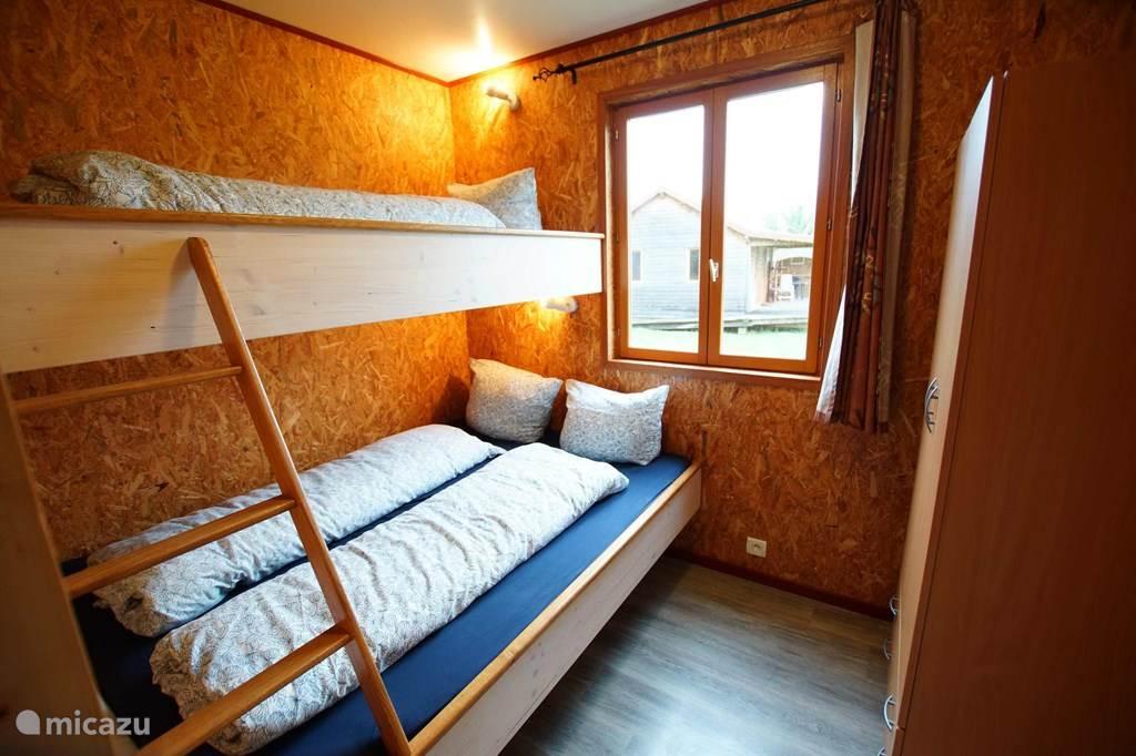De tweede slaapkamer heeft onderaan een bed van 1.40 x 2.00 m (één matras) en daarboven een bed van 90 x 2.00 m, de bedden zijn voorzien van éénpersoons dekbedden. Deze slaapkamer is eveneens voorzien van een kleerkast.Het raam is voorzien van een muggengaas zodat U het steeds kunt openlaten.