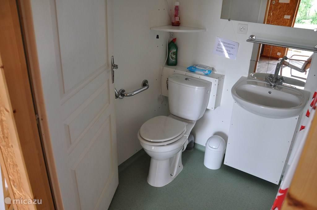 Het toilet is aangepast voor mindervaliden.