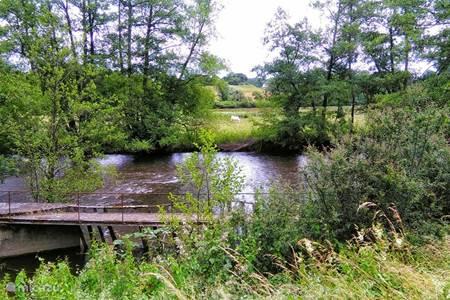 Vlak naast het kanaal stroomt de rivier de Yonne met mooie plekjes om te vissen…
