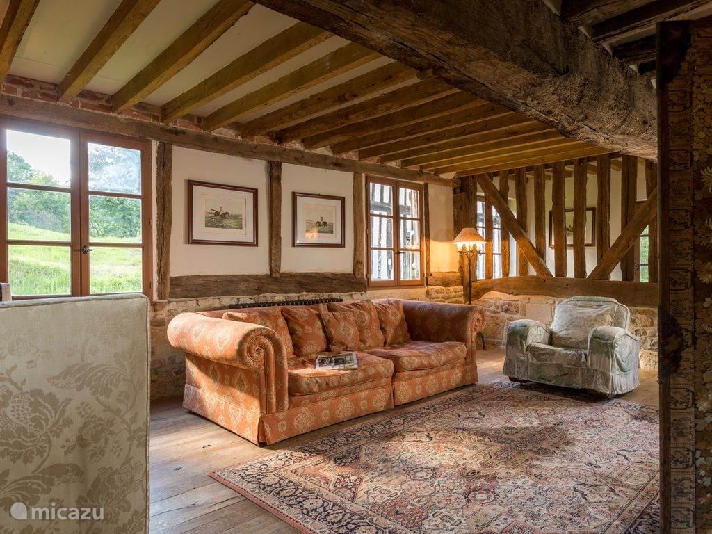 De woonkamer met gezellige zithoekjes
