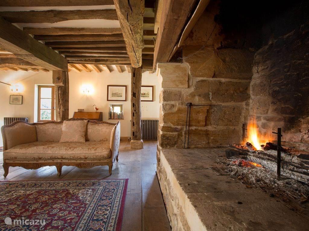De authentieke open haard in de woonkamer zorgt voor warmte en sfeer.
