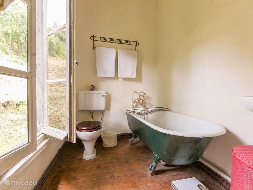 Badkamer met ligbad op pootjes