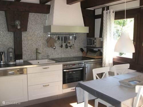 keuken met o.a.vaatwasser,oven,koelkas, 4-pitskeramische kookplaat.