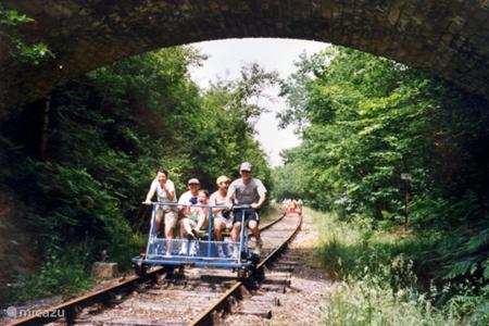 Fietsen over een oude spoorlijn door de Charente.