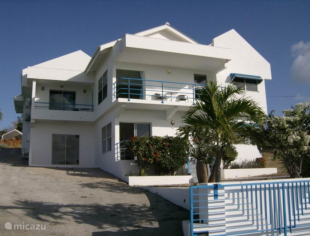 Villa Yandi ligt hoog en dus gunstig op de wind met een prachtig uitzicht.