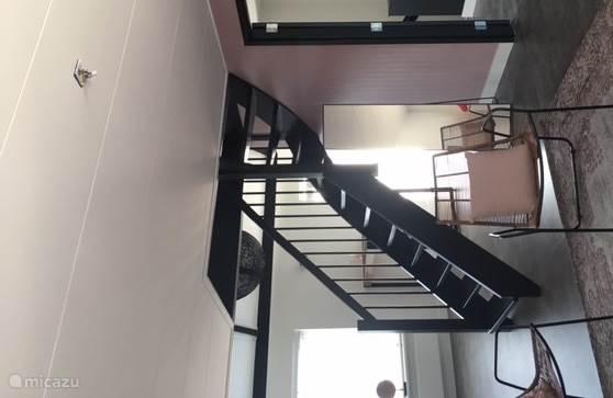 Woonkamer met trap naar vide