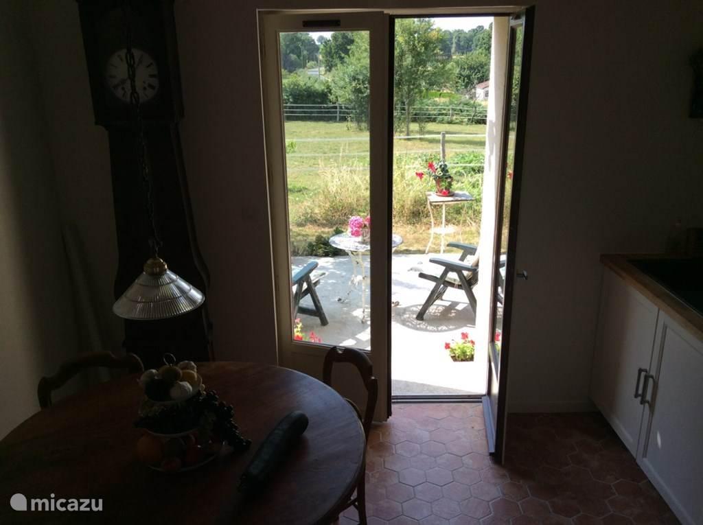 keuken met open slaande deuren naar het terras