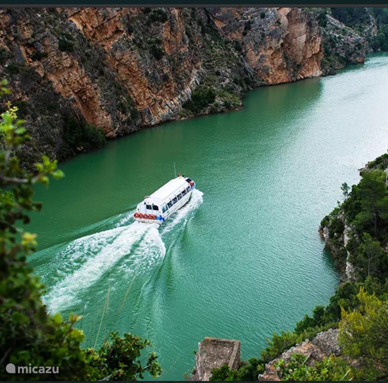 Golbaan en rondvaartboot dichtbij