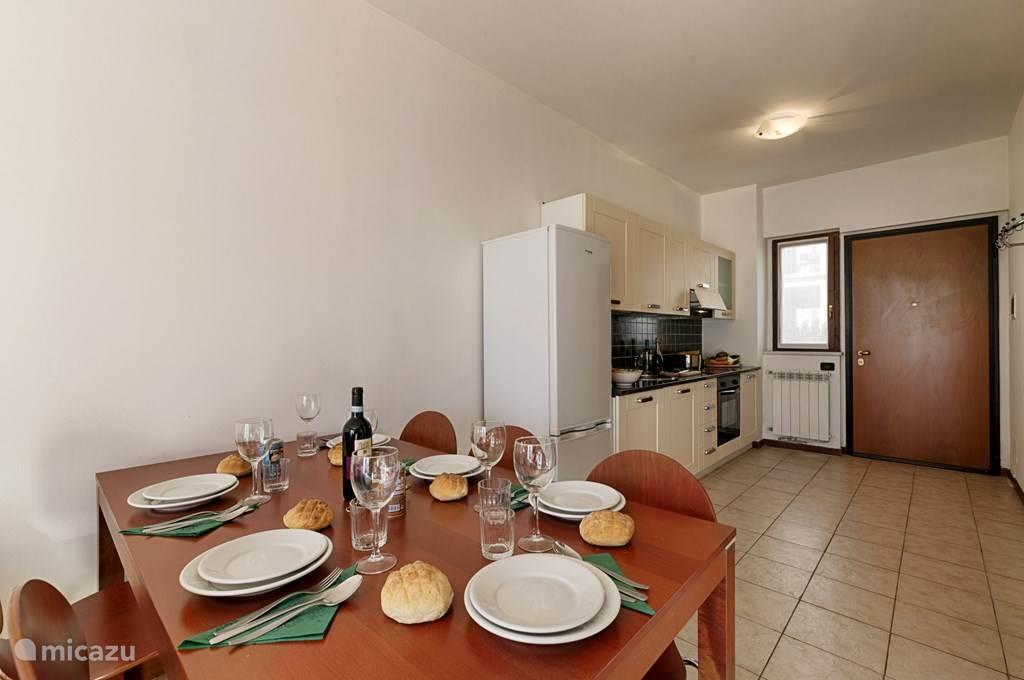 Keuken en voordeur appartement