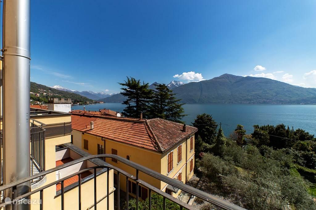 Het geweldige uitzicht vanaf het balkon en de woonkamer.