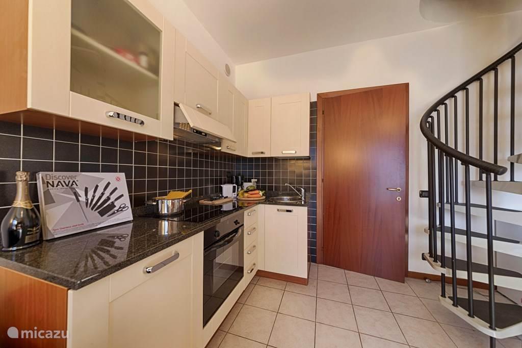De keuken en de wenteltrap naar de bovenverdieping