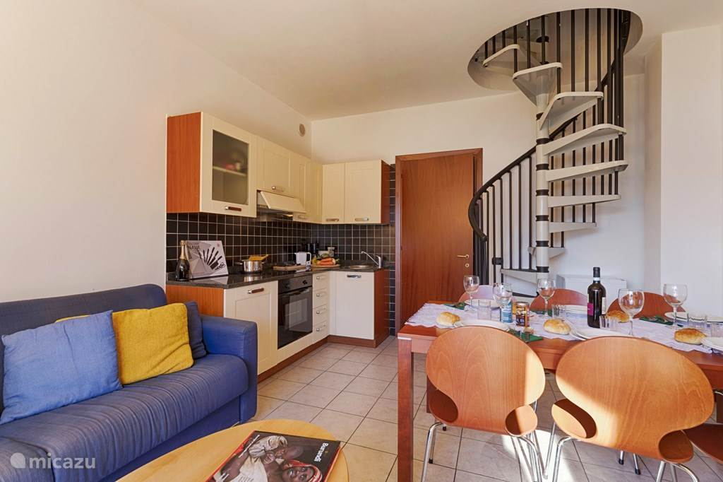 De woonkamer, keuken en wenteltrap