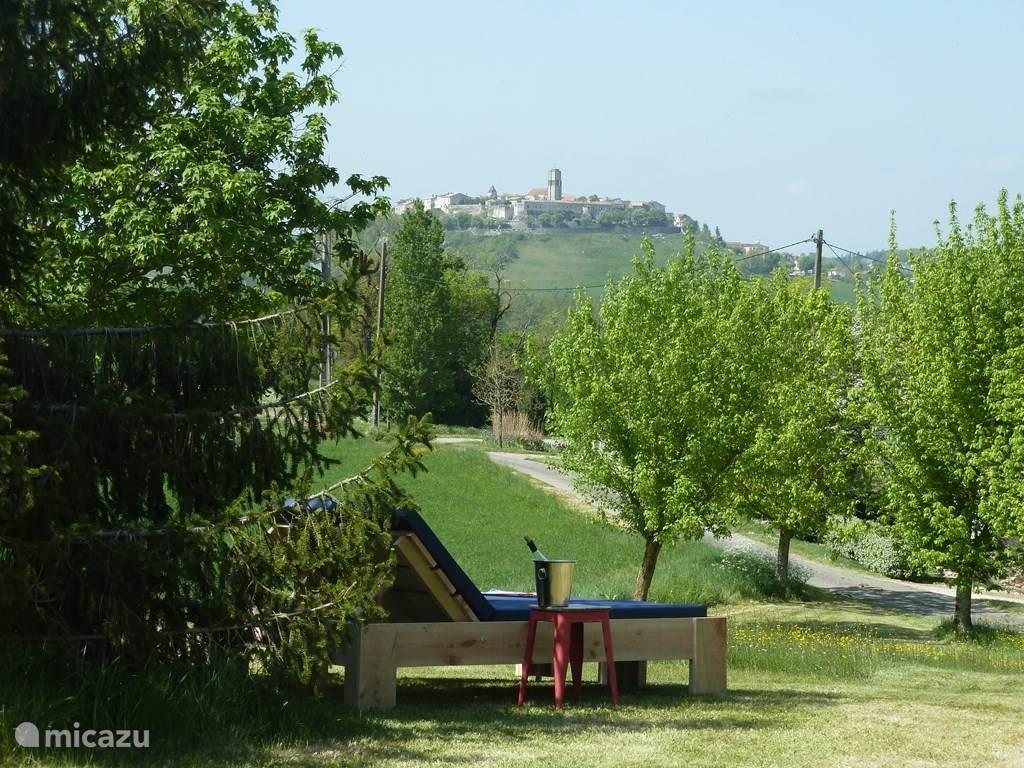 Lekker relaxen op één van de ligbedden met uitzicht de middeleeuwse bastide