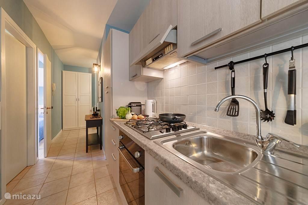 De keuken en de gang na de twee slaapkamers en de badkamer
