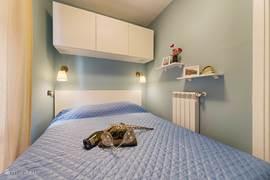 De grote slaapkamer met hangkast en een grote opbergruimte onder het bed
