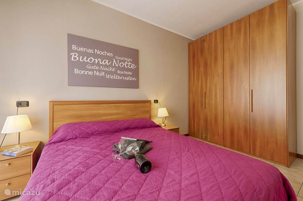 De grote slaapkamer met ruime kledingkast.