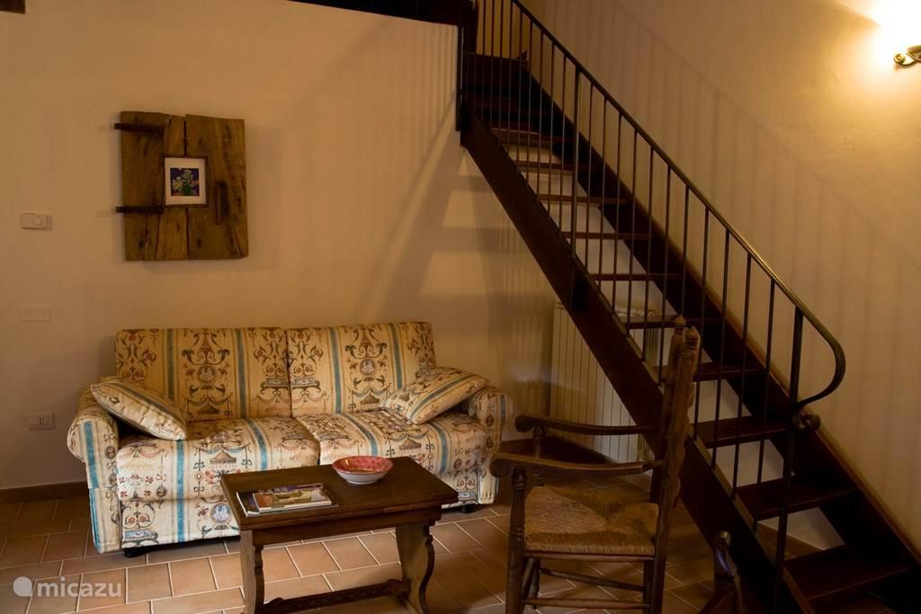 open trap van de woonkamer naar de vide met 2 bedden