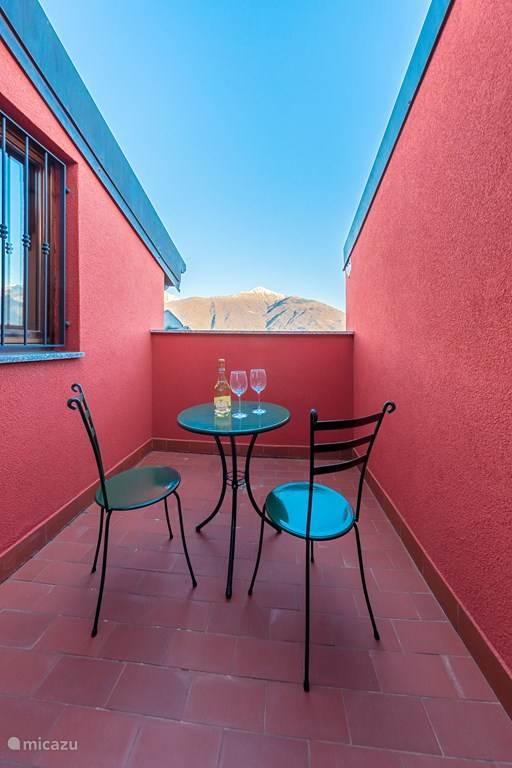 Ruim balkon met meerzicht op de bovenverdieping.