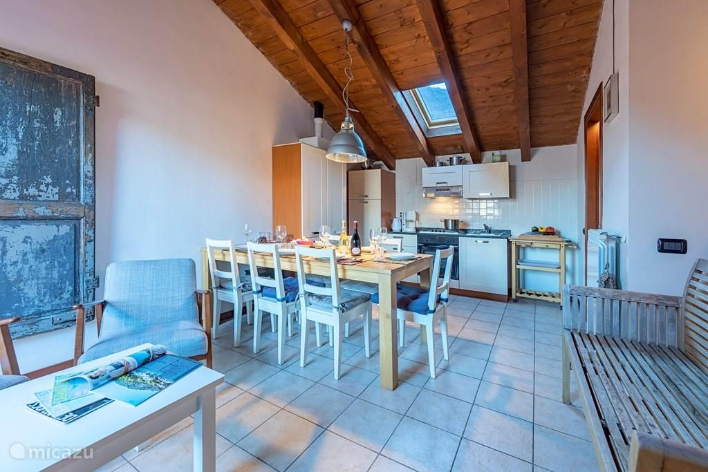 De woonkamer de keuken op de achtergrond.