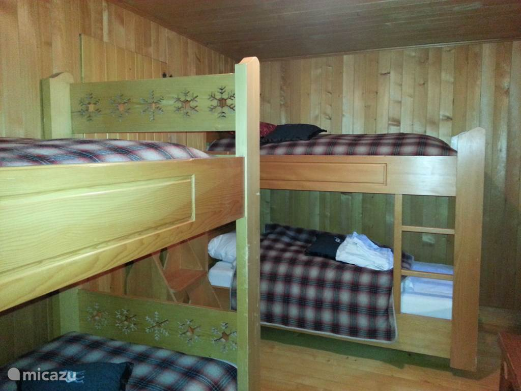 Slaapkamer 2 stapelbedden en kasten