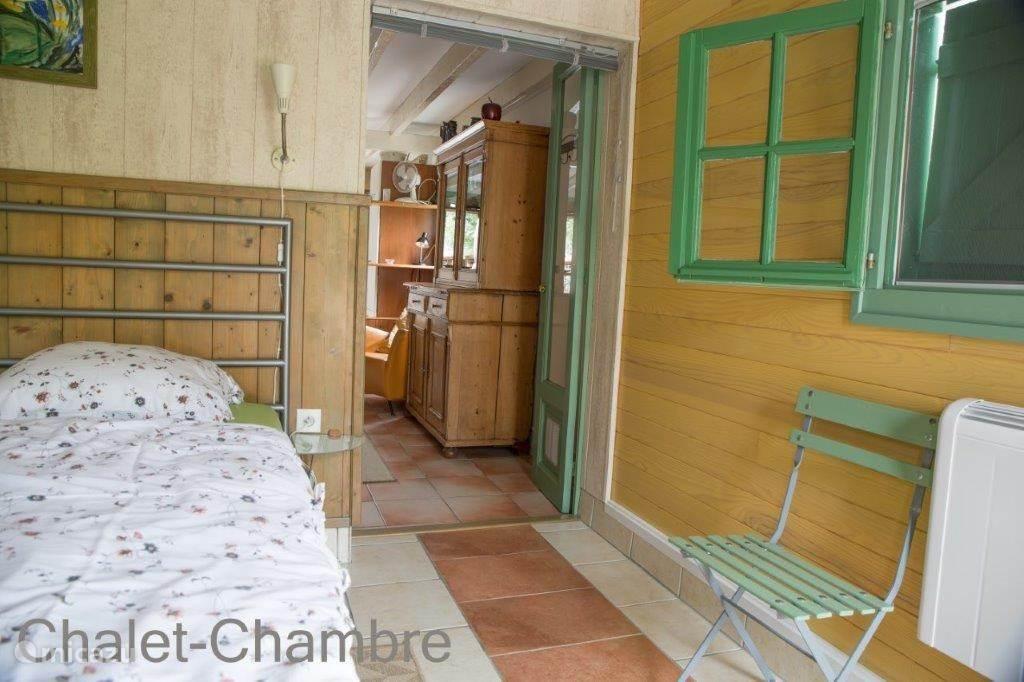 Dit is de slaapkamer beneden met een ruim bed 180-200 en een prima matras