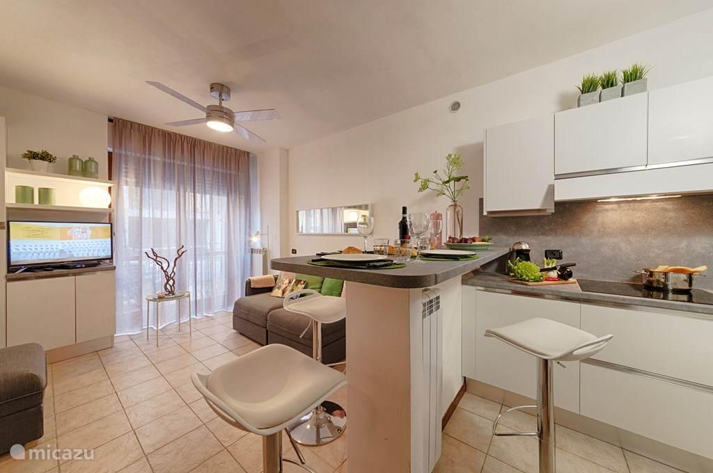 De keuken en woonkamer.