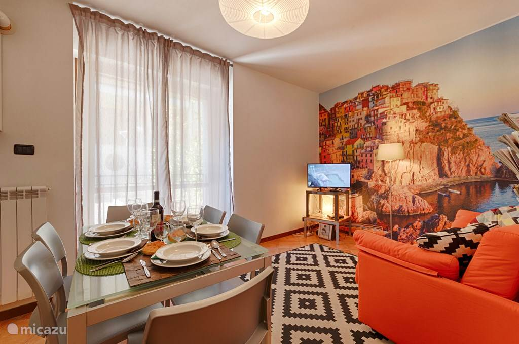 De woonkamer en de eettafel.