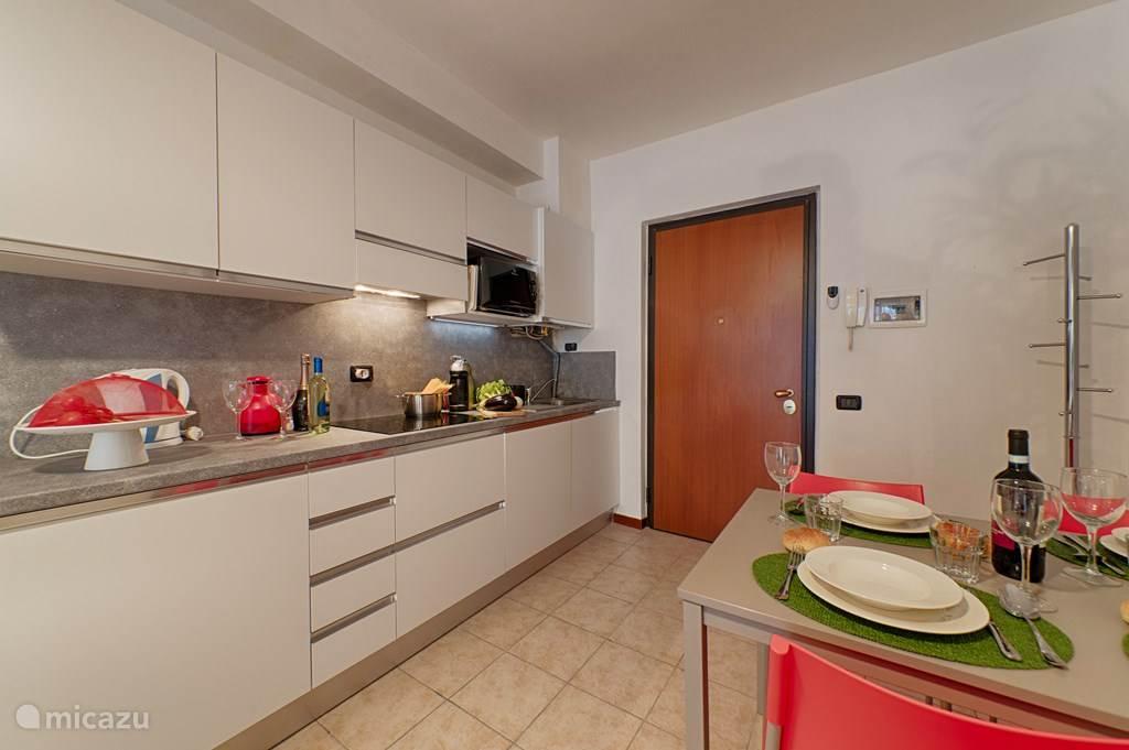 De keuken en de eettafel.