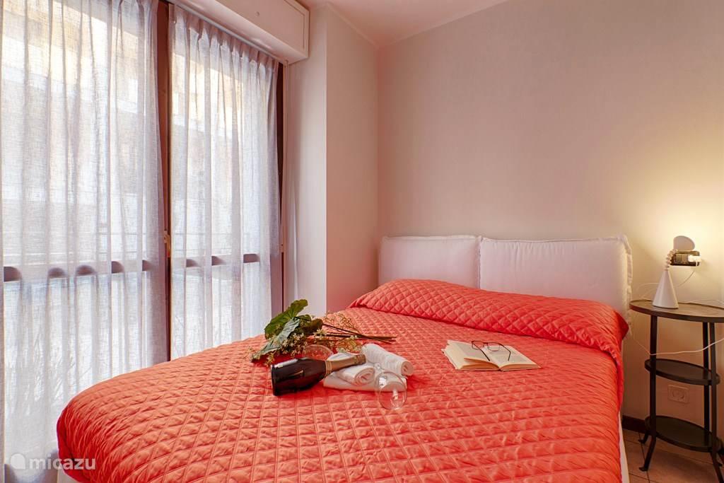 De slaapkamer met tweepersoonsbed en ruime kledingkast.