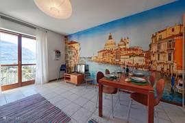 De kleurrijke woonkamer met prachtig meerzicht.