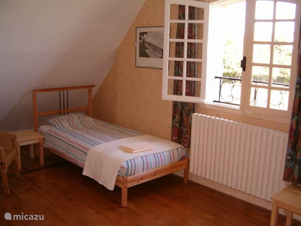 De chartreuse kamer met twee éénpersoons bedden