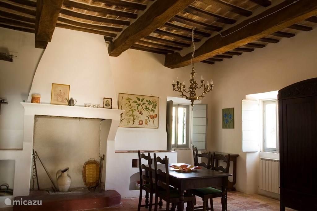 woonkamer met dubbele slaapbank,  open keuken en eettafel
