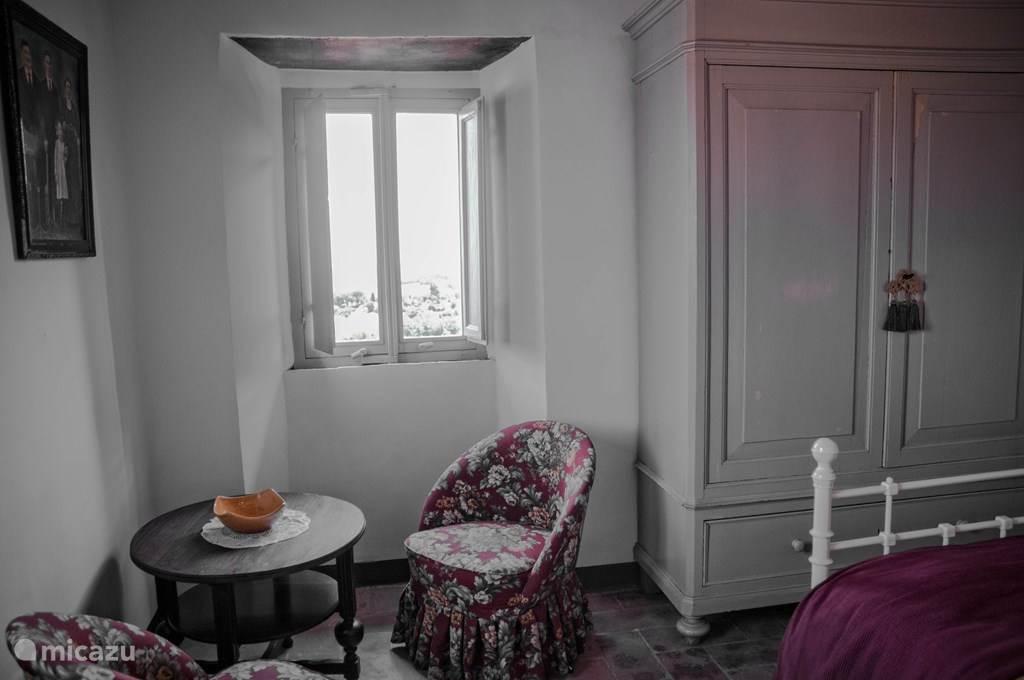 slaapkamer met dubbel bed en hangkast