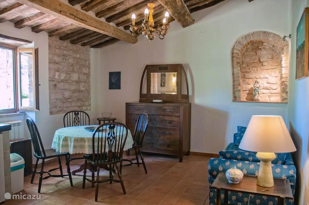 woonkamer met open keuken en zeer goede dubbele slaapbank