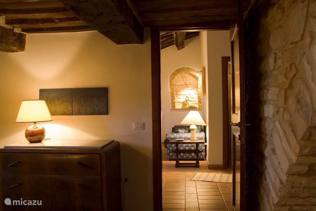 kijk van de slaapkamer naar de woonkamer