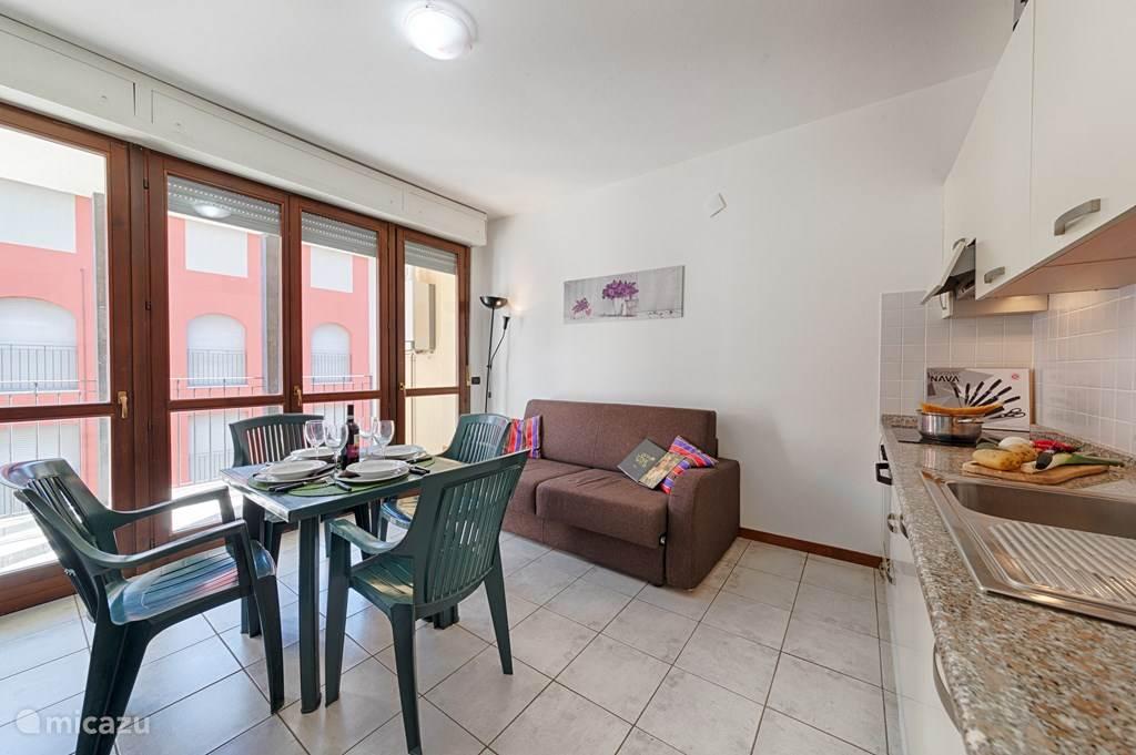 De woonkamer en keuken.