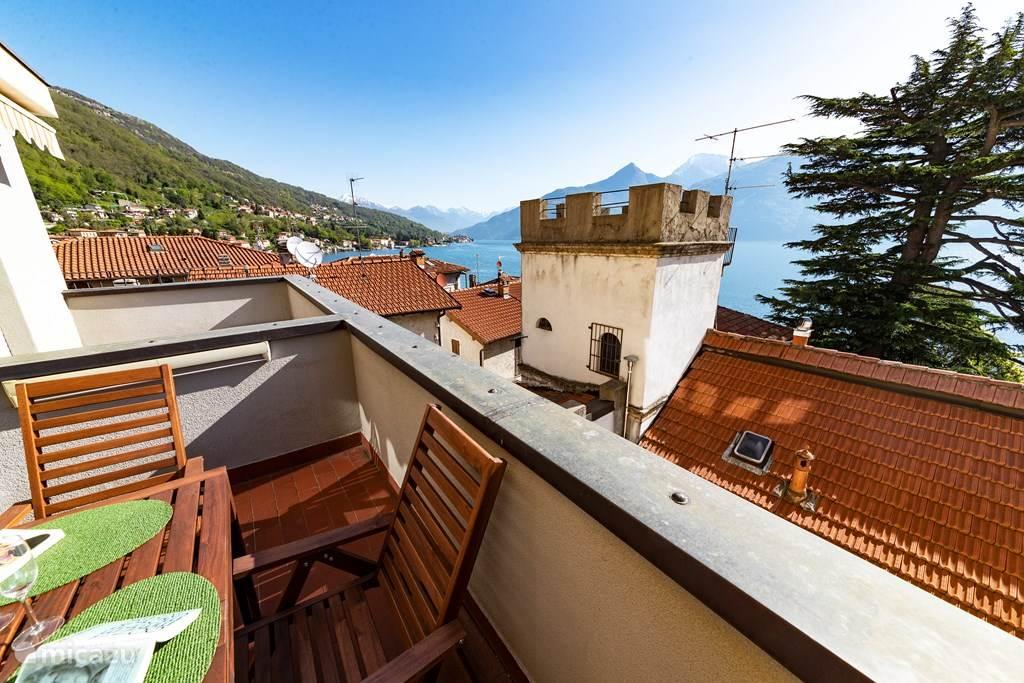 Het ruime balkon met prachtig meerzicht.