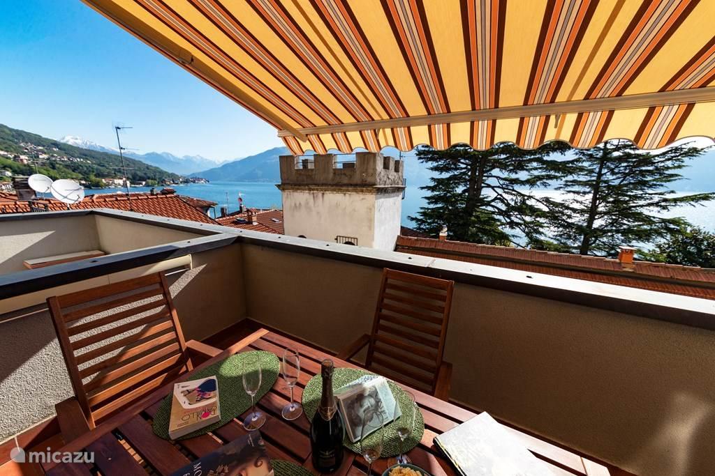 Het ruime balkon met elektrische bedienbare zonnewering en prachtig meerzicht.