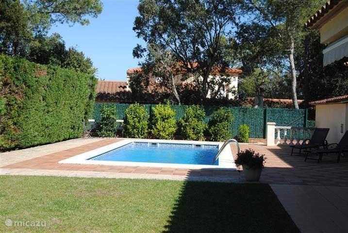Het prive zwembad in de beschutte achtertuin met veel privacy. Een keer per week komt er een tuinman voor het maaien van het gras en een keer per week een zwembadmeneer voor het onderhoud van het zwembad.  Het huis heeft een eigen bron en sproeit automatisch in de nacht.