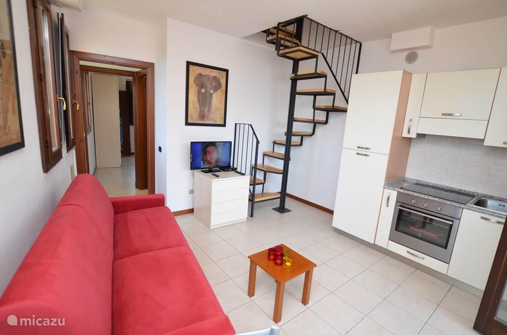 De woonkamer en de wenteltrap naar de bovenverdieping.