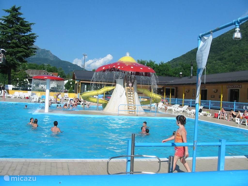 Het zwembad met de vele glijbanen.