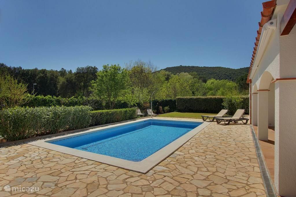 Zwembad met uitzicht over groen
