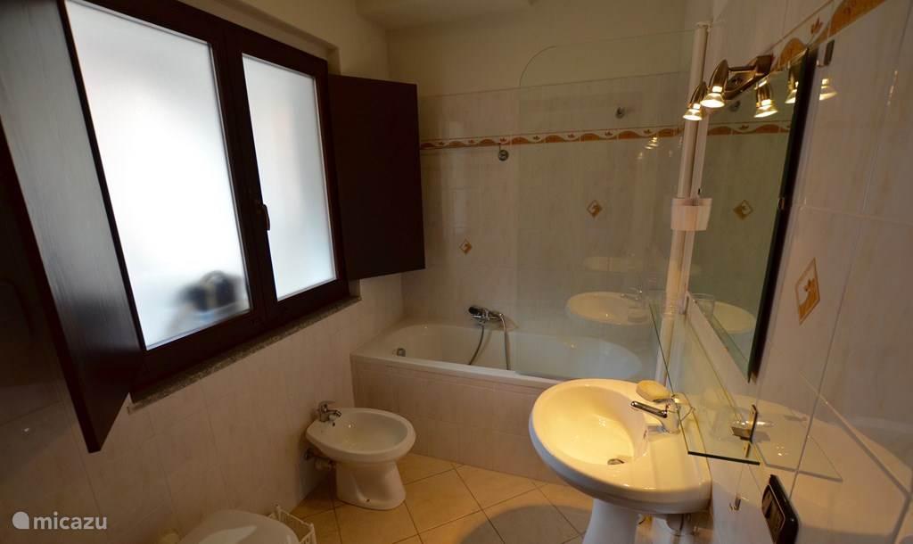 De badkamer met ligbad, wastafel, bidet en toilet op de benedenverdieping.