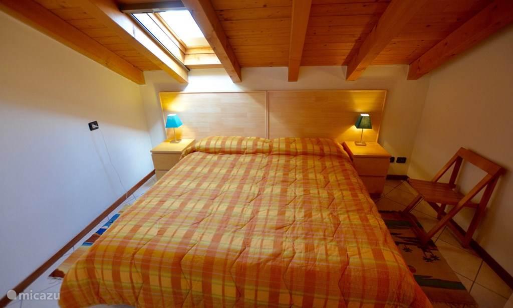 De grote slaapkamer met twee-persoonsbed.