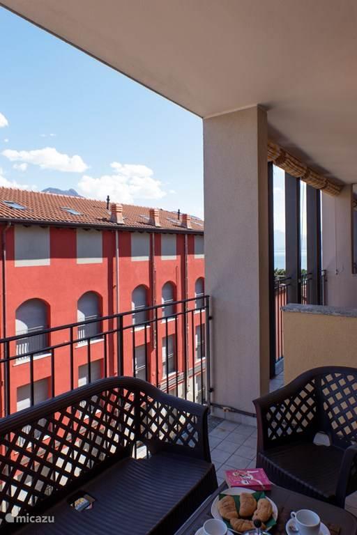 Het overdekte balkon.