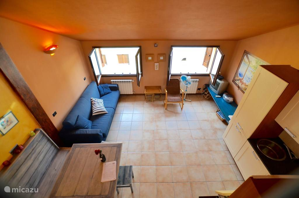 De woonkamer en keuken vanuit de vide.