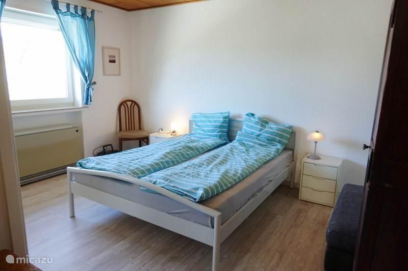 Slaapkamer 1 met een 2-persoonsbed en kledingkast.